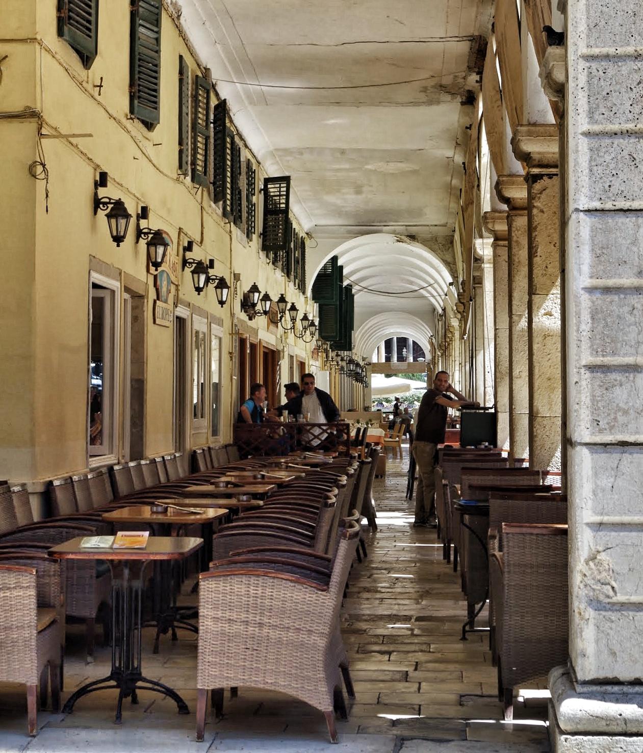 Lokal unter den Arkaden auf Korfu
