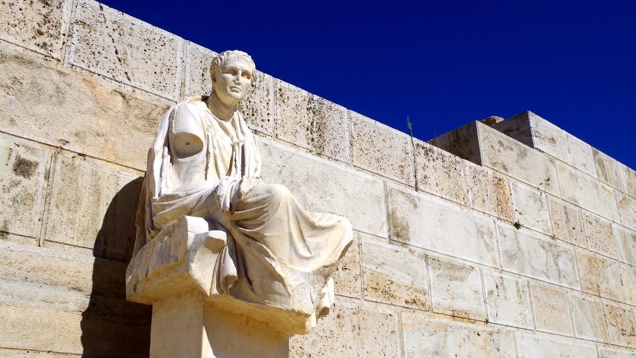 Statue beim Dionysos Theater
