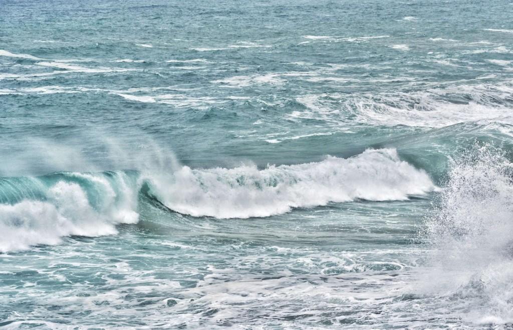 Stürmisches Meer im November in Apulien