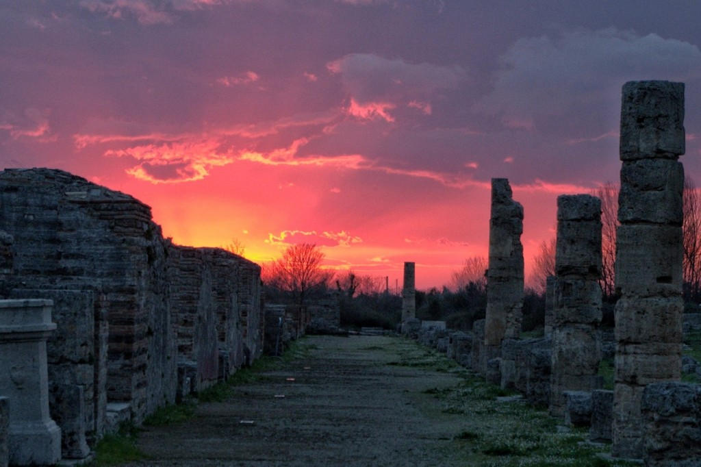 Ruinenstätte Paestum bei Sonnenuntergang
